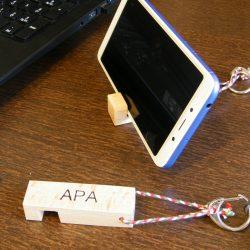 Kulcs és telefon tartó egyedi felirattal, natur színben