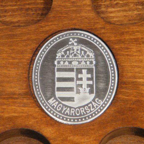 Ital vagy pálinka kínáló, faragott Nagy-Magyarország (dió színben), ón címerrel