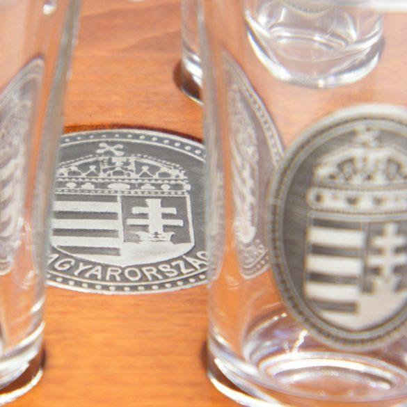 Ital vagy pálinka kínáló, faragott Nagy-Magyarország (mahagóni színben), ón címerrel, 6 db 0,5dl-es ón címeres pohárral