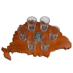 Ital vagy pálinka kínáló, faragott Nagy-Magyarország, ón címerrel, 6 db 0,5dl-es ón címeres pohárral