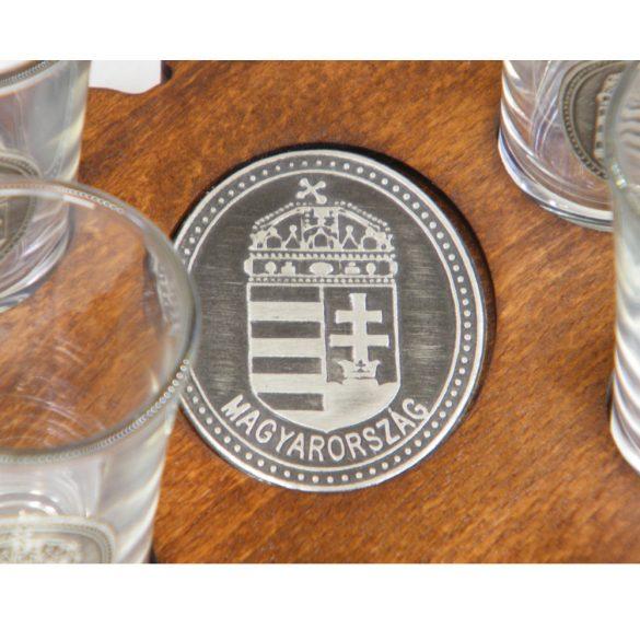 Ital vagy pálinka kínáló, faragott Magyarország (dió színben), 6 db 0,5dl-es ón címeres pohárral, címer óncímkével