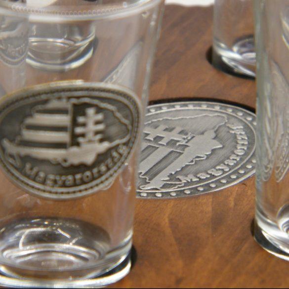 Ital vagy pálinka kínáló, faragott Nagy-Magyarország (dió színben), Nagy-Magyarország ón címkével 6 db 0,5dl-es ón címeres pohárral