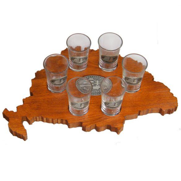 Ital vagy pálinka kínáló, faragott Nagy-Magyarország (mahagóni színben), Nagy-Magyarország ón címkével 6 db 0,5dl-es ón címkés pohárral