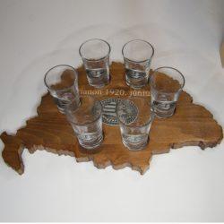 Trianon feliratos, ital vagy pálinka kínáló, faragott Nagy-Magyarország (dió színben), Nagy-Magyarország ón címkével 6 db 0,5dl-es ón címeres pohárral