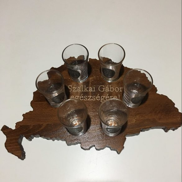 Feliratos ital vagy pálinka kínáló, faragott Nagy-Magyarország (dió színben), 6 db 0,5dl-es ón címeres pohárral